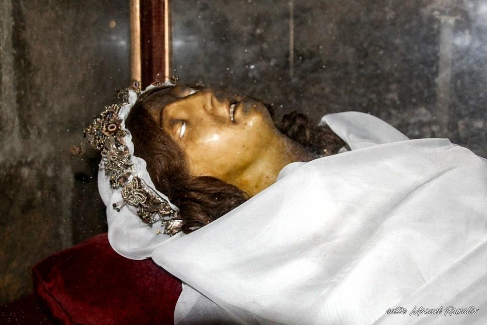 Cuerpo incorrupto de la niña Santa Victoria cripta catedral de Cádiz