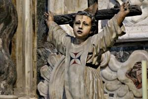 Niño crucificado escultura en la catedral de Cádiz