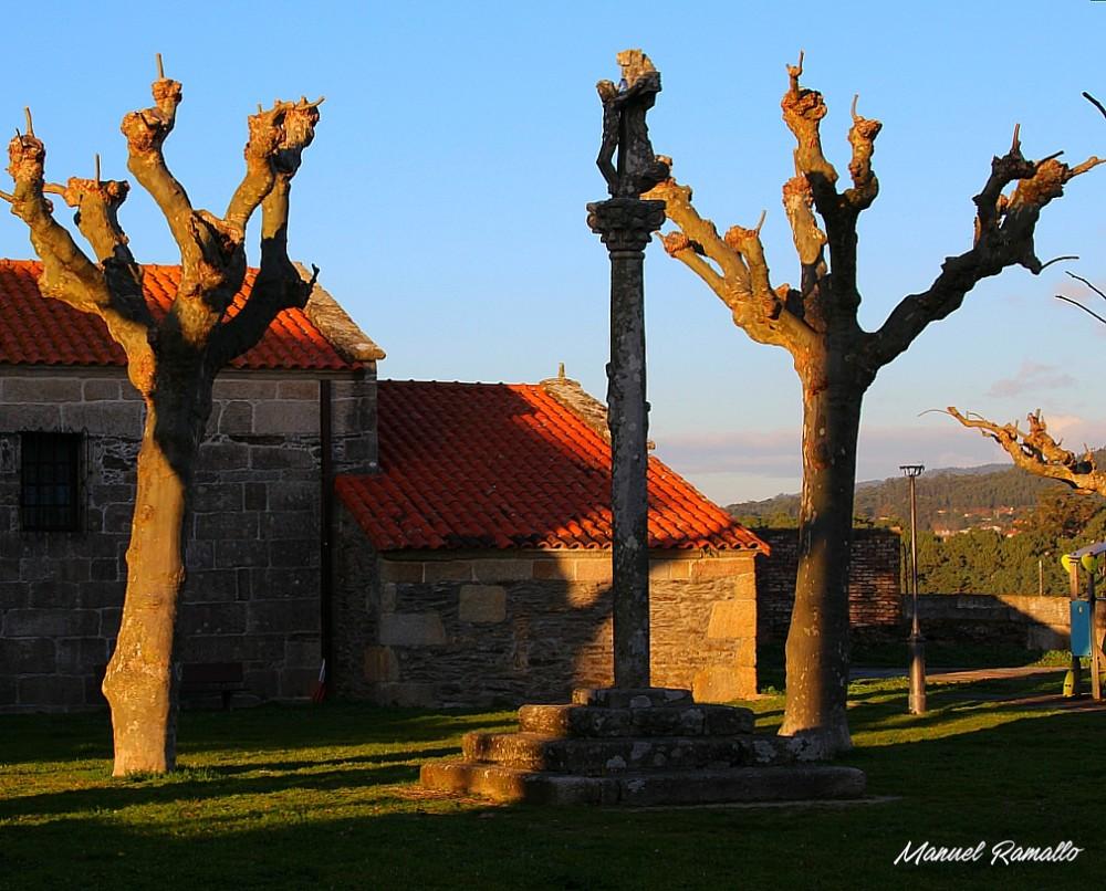 Plaza con cruceiro junto a la iglesia de Portonovo Sanxenxo Pontevedra al atardecer
