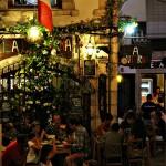 Plaza en Peñíscola con terrazas y restaurantes de noche