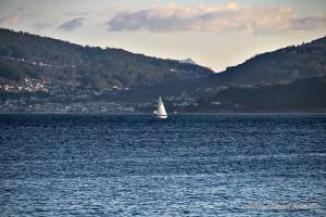Ría de Pontevedra vista parcial con embarcación a vela desde Portonovo Sanxenxo