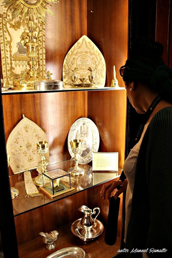 Vitrina joyas episcopales en sacristía de catedral de Cádiz