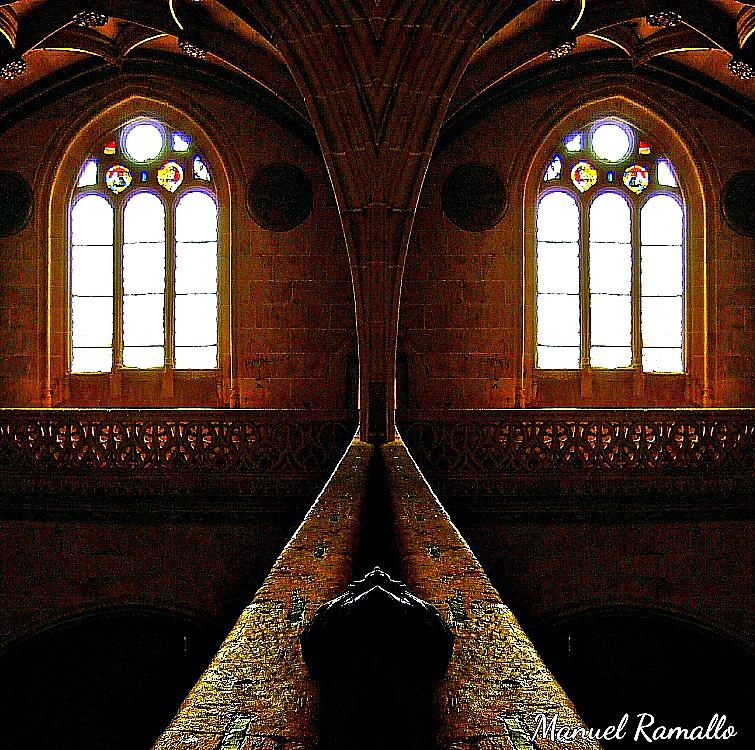 interior de iglesia a contraluz