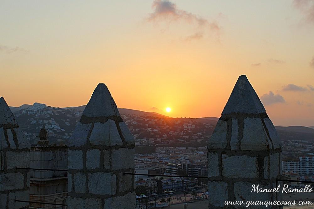 Atardecer con sol rojo desde la fortaleza castillo del Papa Luna Peñíscola