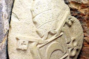 Escudo del Papa Luna en la fortaleza de Peñíscola España