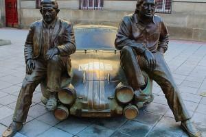 Escultura Pérez Colemán y Reverter con Renault Alpinche Parque de San Lázaro Ourense