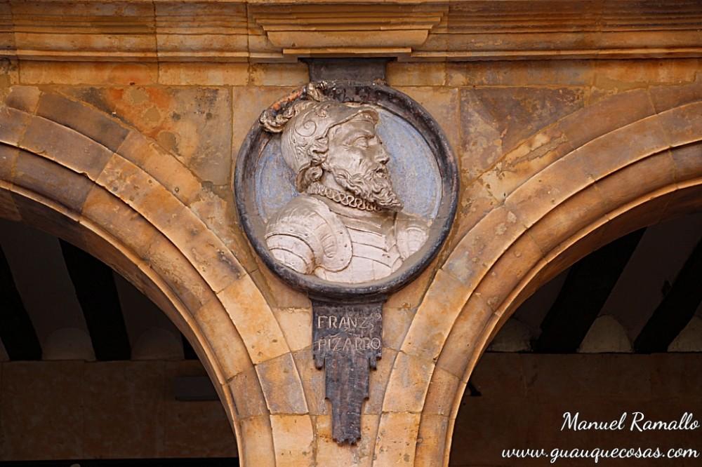 Medallón de Francisco Pizarro en la plaza Mayor de Salamanca