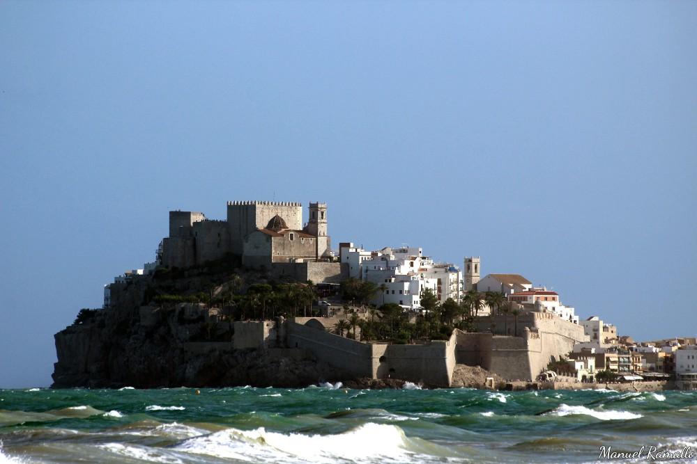 Peñíscola y su playa con olas verde esmeralda