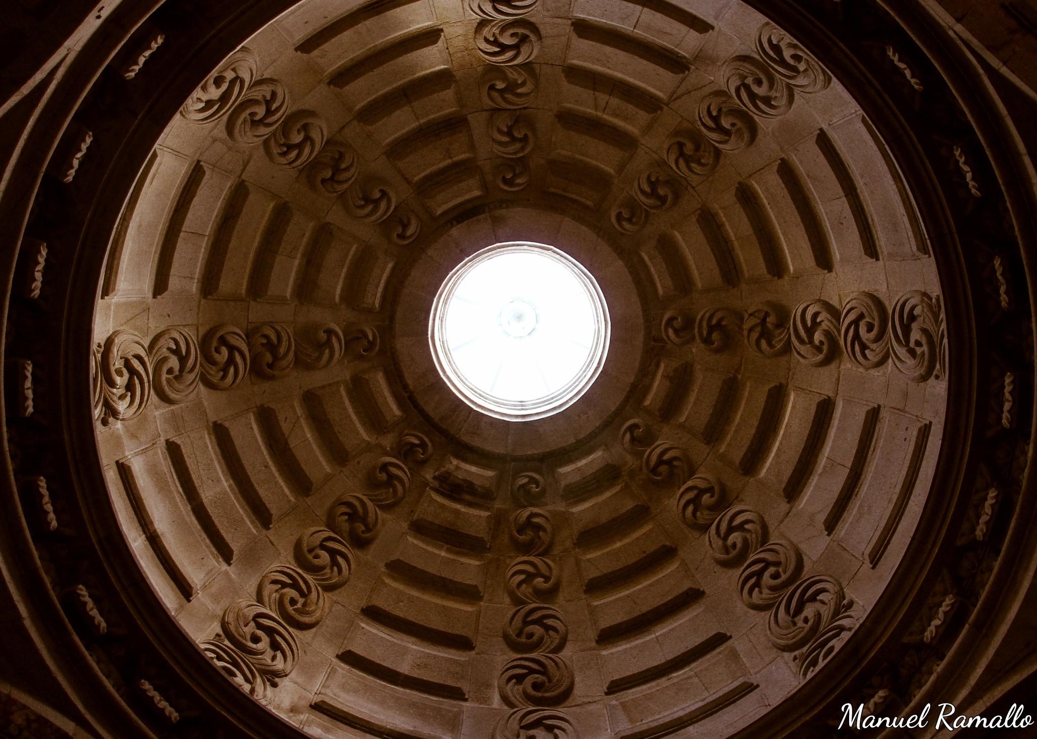 interior-de-la-catedral-de-tuy-pontevedra-boveda-luz