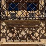 ventana-detalle-verja-y-escultura-casa-de-las-conchas-salamanca