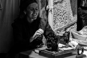 vilanova-dos-infantes-celanova-romeria-raigame-etnografica-maquina-coser-singer-traje-tipico-gallego-mujer