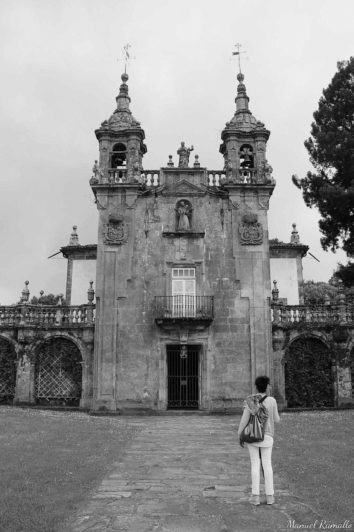 capilla-de-san-antonio-de-padua-en-el-pazo-de-oca-en-pontevedra-en-blanco-y-negro