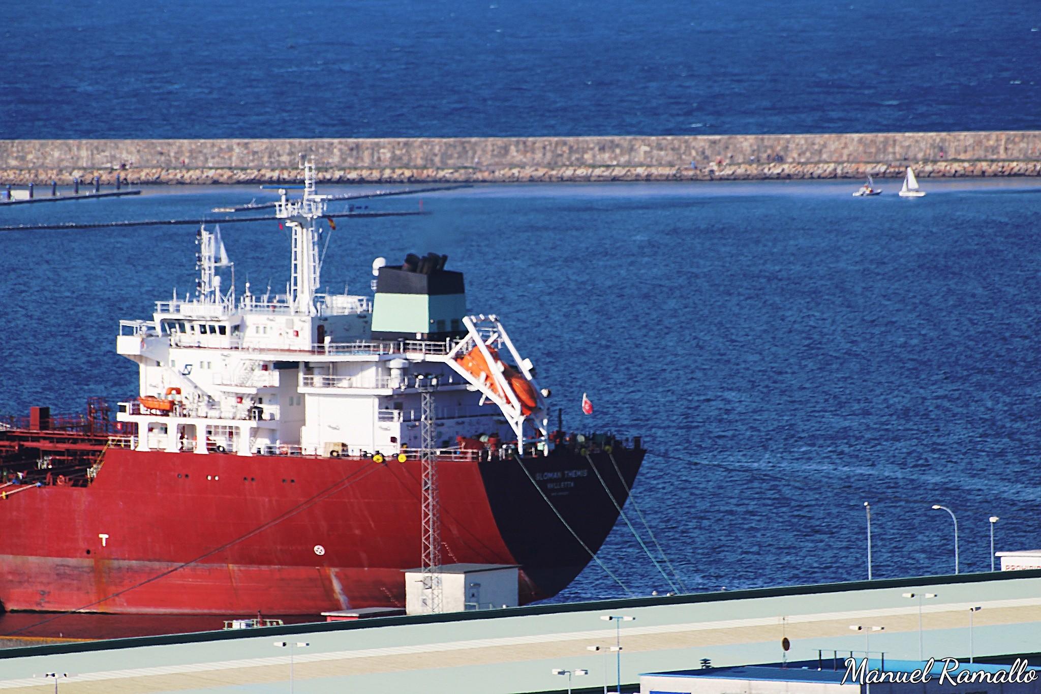 puerto-de-coruna-barco-mercante-muelle-mercancias-carguero