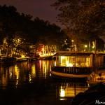 barco-vivienda-canales-amsterdam-vista-noche-nocturna-paises-bajos-holanda