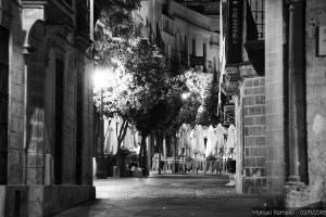 calles-de-jerez-de-la-frontera-vista-noche-cadiz-blanco-y-negro