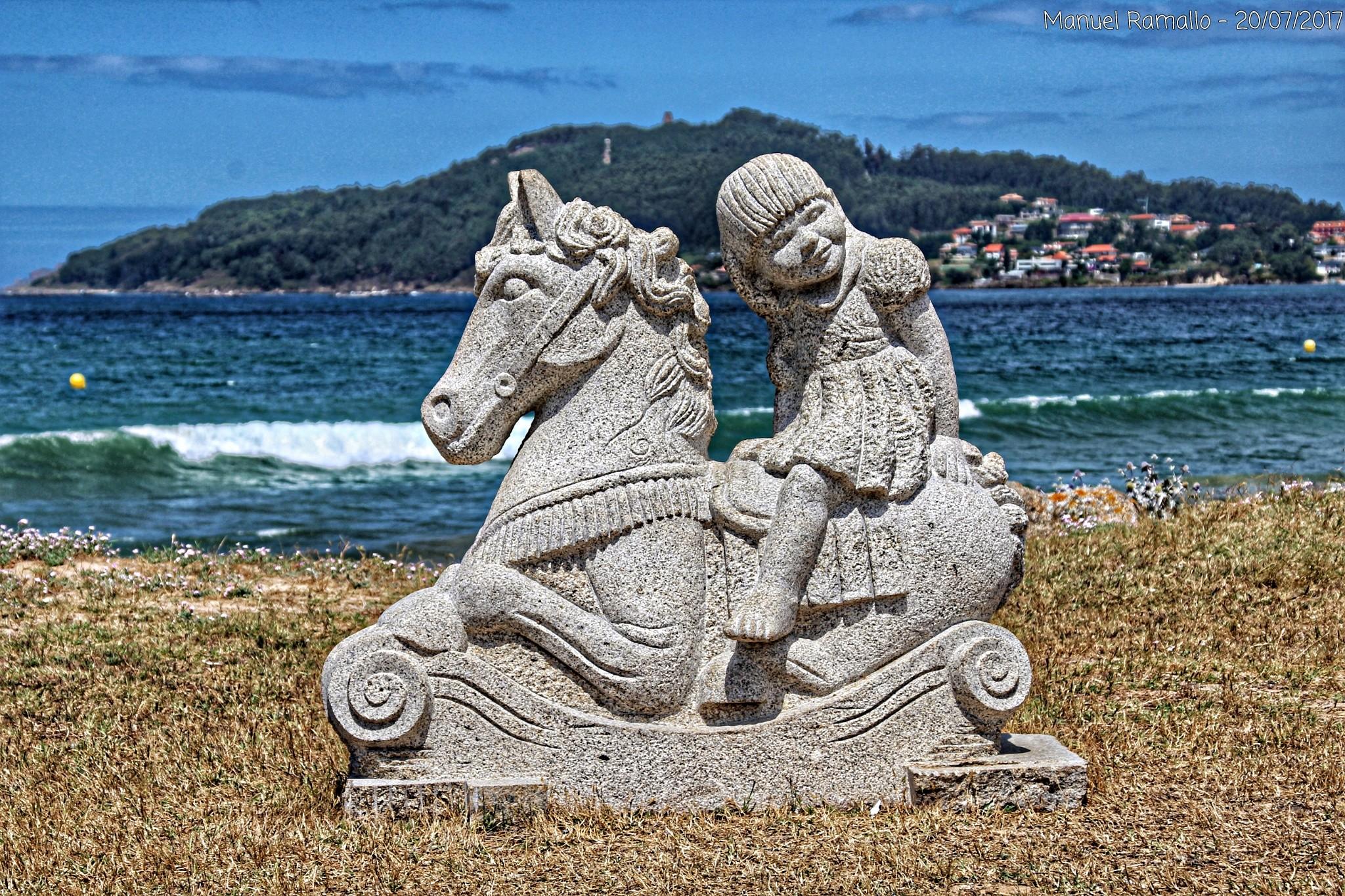 escultura-piedra-granito-nina-caballo-tiovivo-playa-america-pontevedra