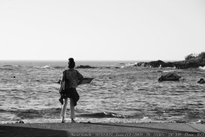 mujer-mirando-al-mar-oia-pontevedra-blanco-y-negro