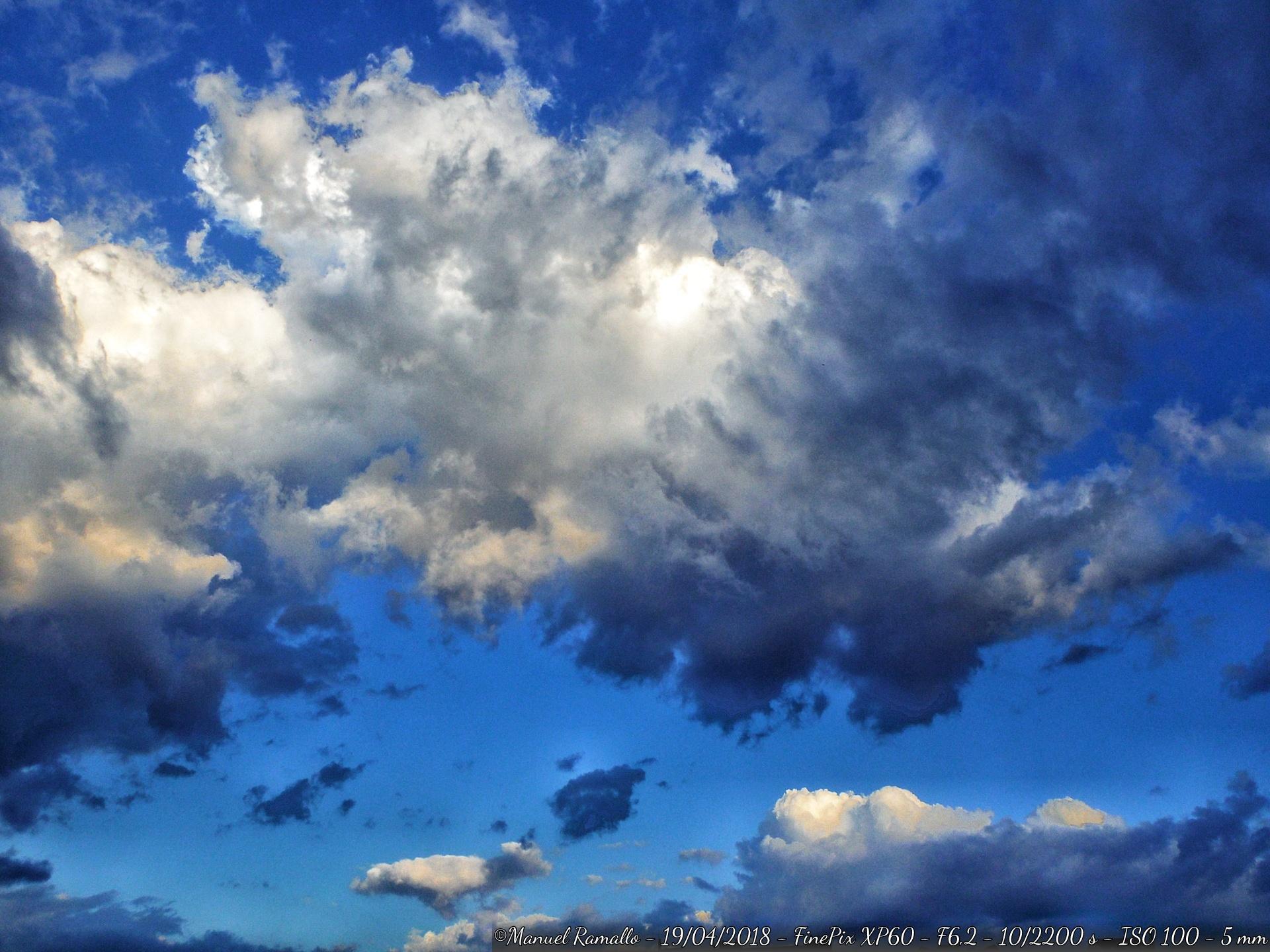 nubes-y-cielo-azul-en-ourense