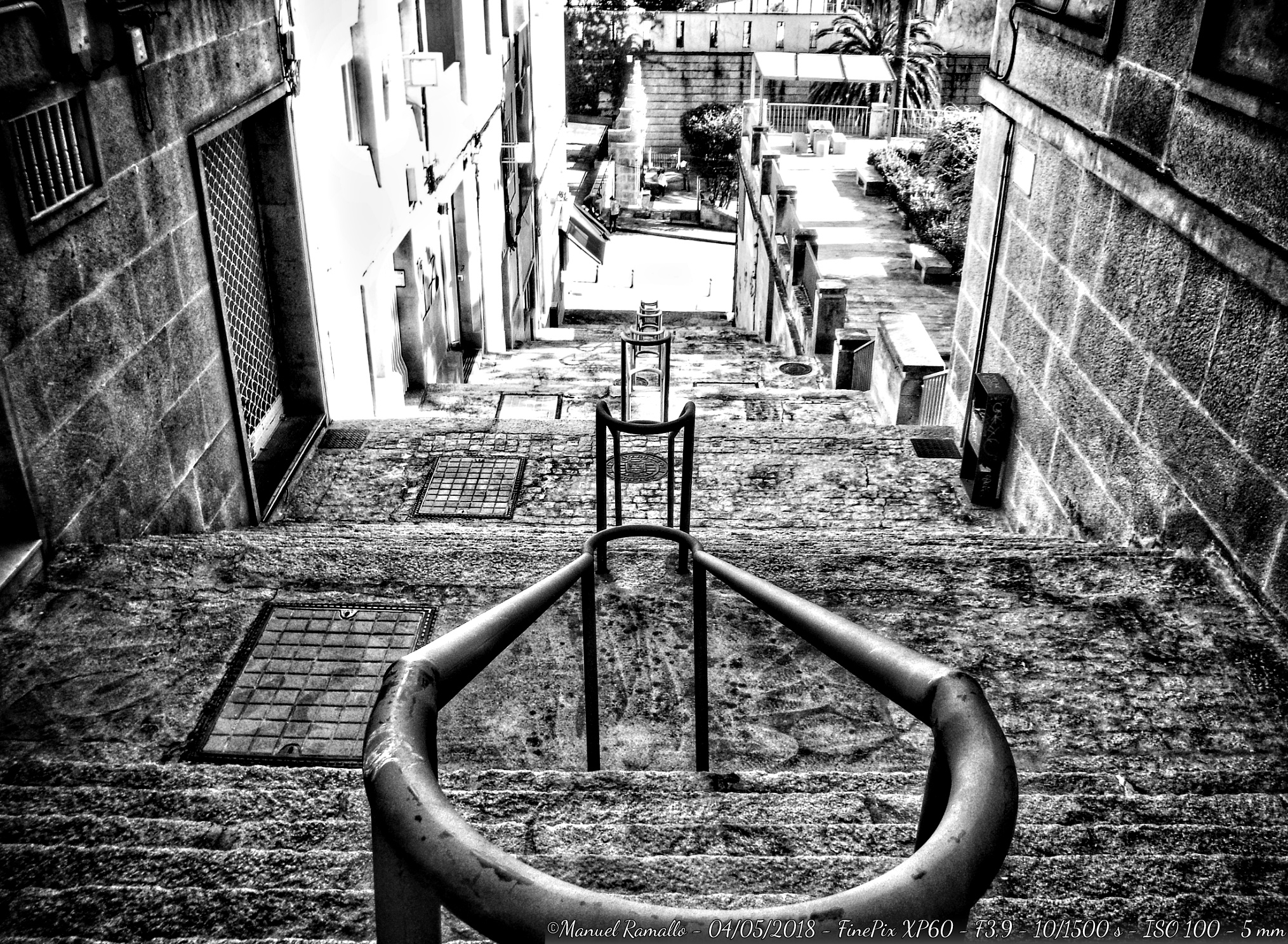 callejuela-ourense-escaleras-as-burgas-blanco-y-negro-bw