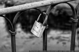 candado-amor-puente-romano-ourense-orense-blanco-y-negro