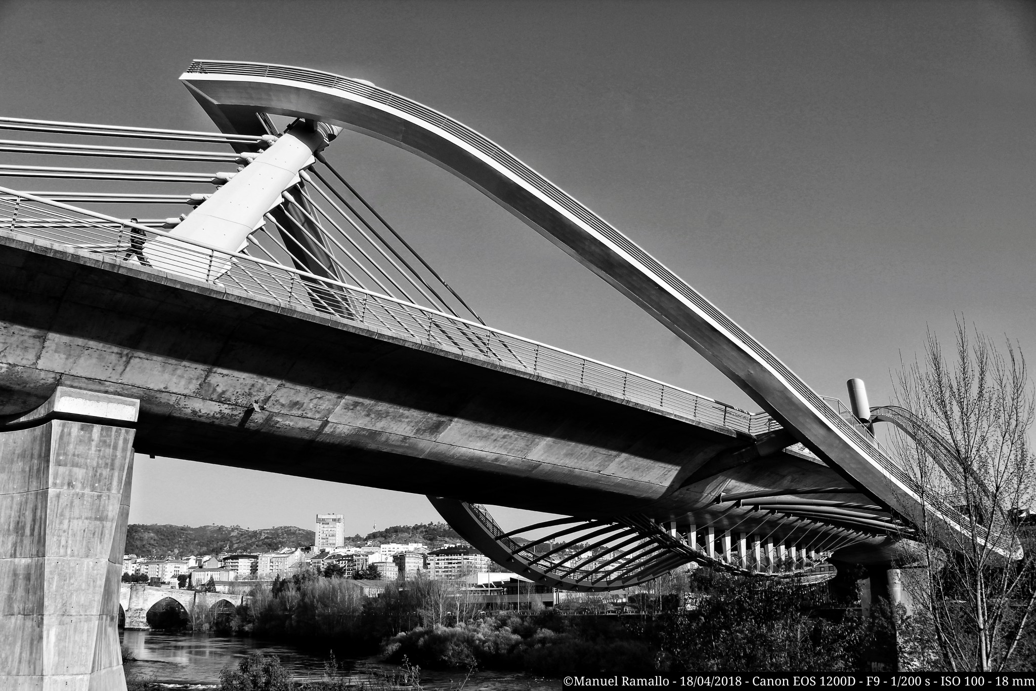 solo-en-el-puente-del-milenio-blanco-y-negro-ourense-orense-alone-in-the-bridge
