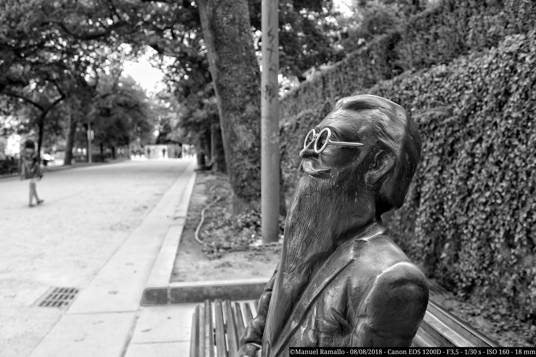 estatua-don-ramon-maria-del-valle-inclan-santiago-de-compostela-blanco-y-negro