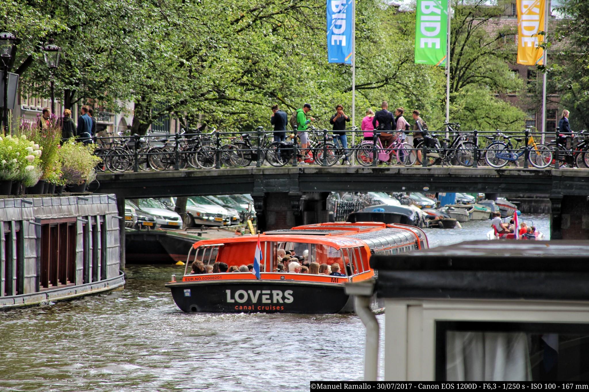 bote-crucero-por-el-canal-debajo-del-puente-amsterdam
