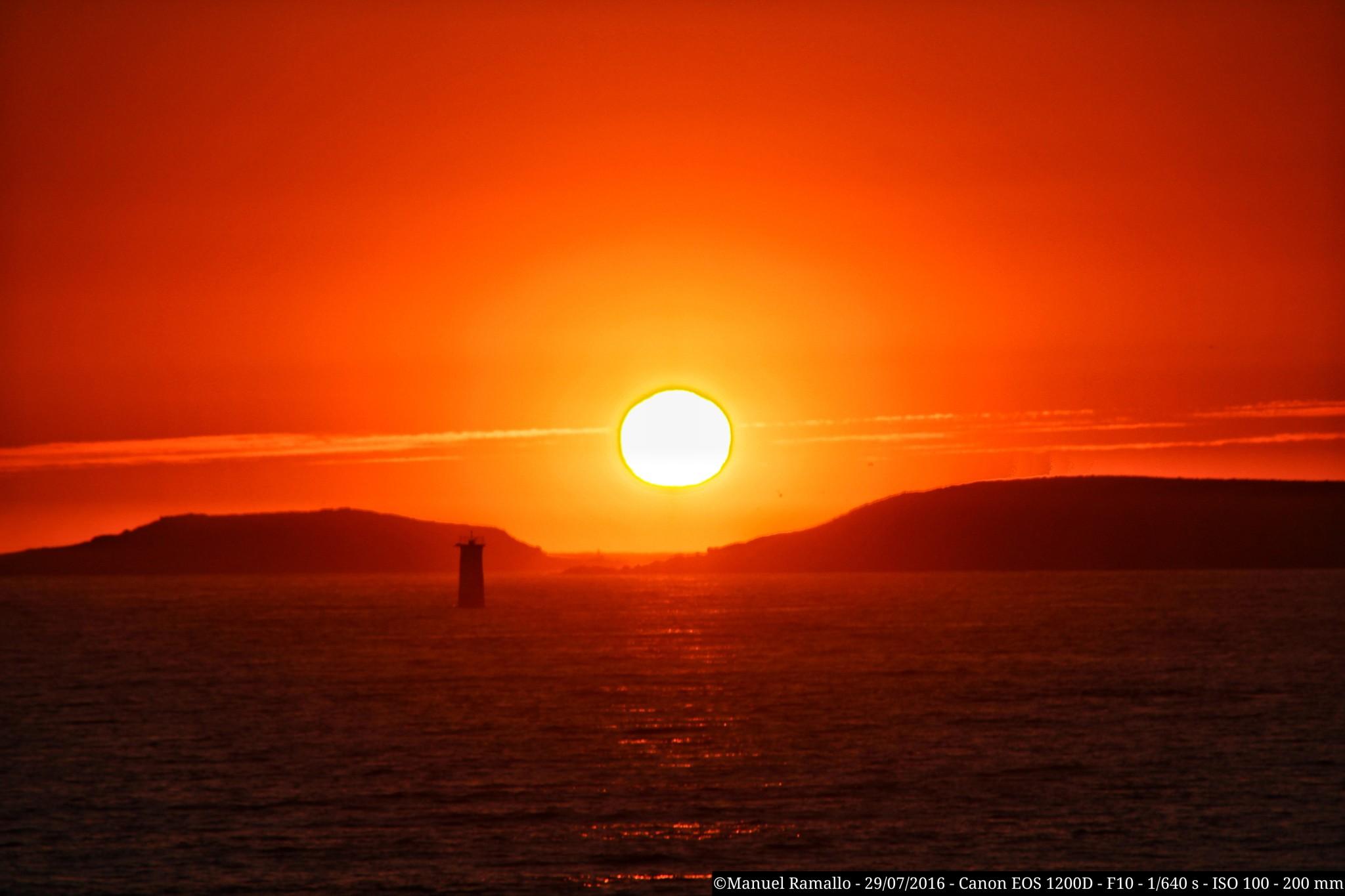 el-sol-se-esconde-en-el-mar-de-playa-america