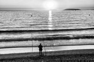 Pescando al atardecer en la playa