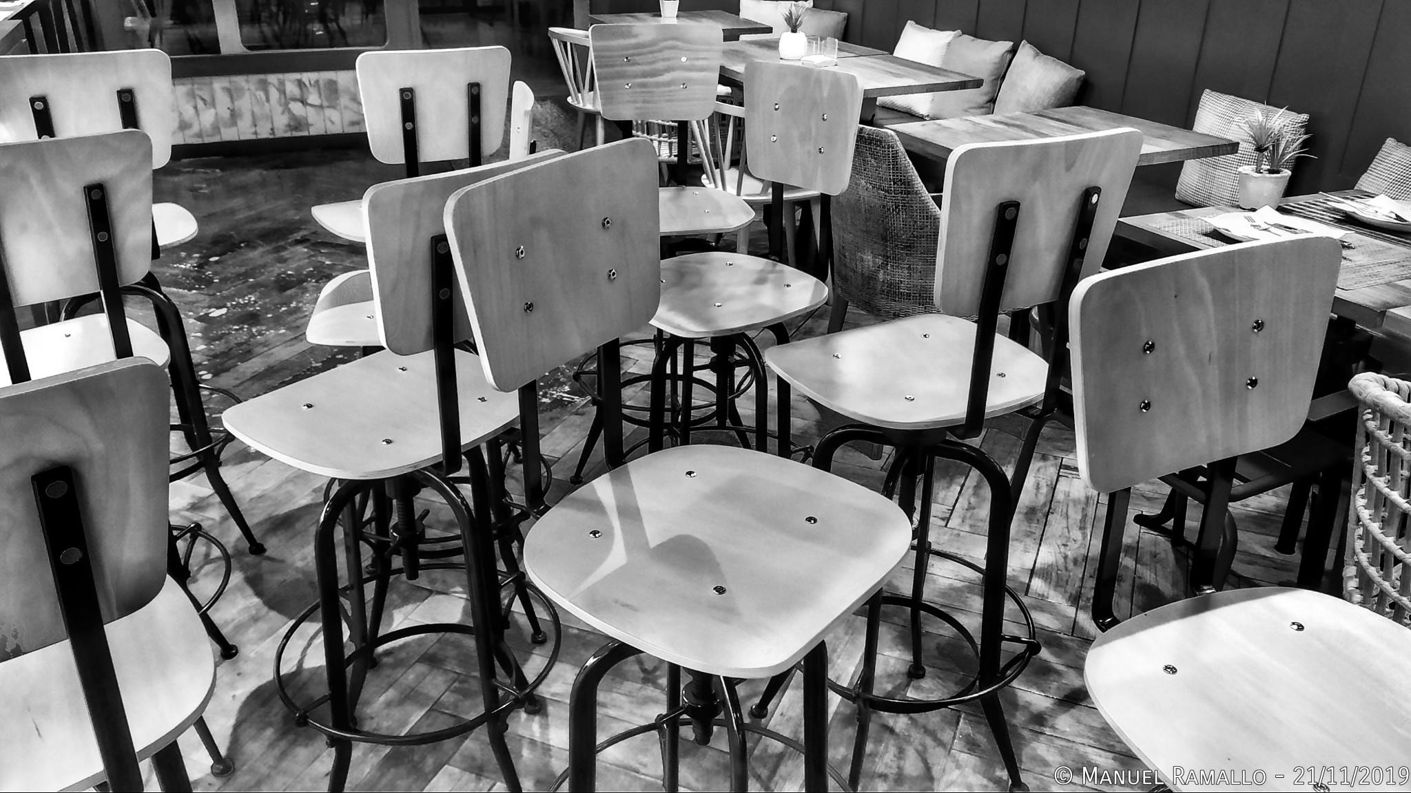 Coloquio de sillas en blanco y negro